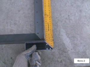 выравниваем углы крышки для колодца