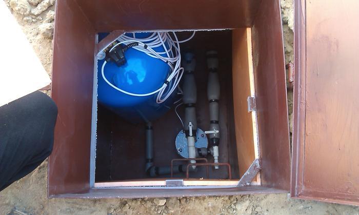 обустроенный кессон для скважины