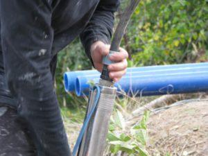 Как достать насос из скважины